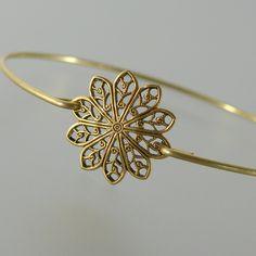 Gold Round Filigree Bangle Bracelet, Gold Bangle Bracelet, Gold Bracelet, Bridesmaid Jewelry, Bridesmaid Gift (160G,) von BridesmaidGiftIdeas auf Etsy https://www.etsy.com/de/listing/186840259/gold-round-filigree-bangle-bracelet-gold