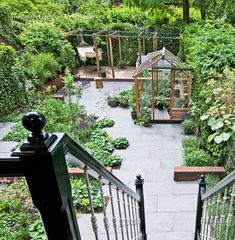 Get inspired with our Container Gardening Ideas for small containers, urns and many more. Create features in your outdoor spaces. Rusty Garden, Eco Garden, Townhouse Garden, Vegetable Garden For Beginners, Home Landscaping, Small Garden Design, Garden Planning, Container Gardening, Urban Gardening