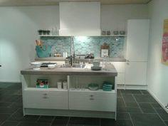 Bruynzeel keuken met Bolton Aqua verde van TEGELinfo