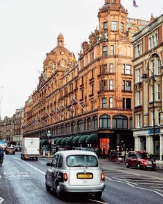 It's always nice to visit Harrods! It's better to go with a friend! Tag someone you want to go to with 🤗🇬🇧 ~ (📸 )