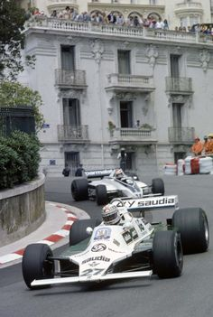 Williams FW07B Ford Cosworth DFV 3,0L V8 O australiano Alan Jones e o Williams FW07B Ford Cosworth no Grande Prêmio de Mônaco de 1980, à frente da Brabham BT 49 Ford Cosworth de Nelson Piquet (Foto LAT PHOTOGRAPHIC/WILLIAMS F1)