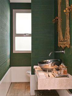 Lavabo com papel de parede verde intenso e com uma textura linda...elegante