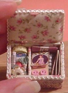 Beautiful miniature sewing kit ~ Nostalgie in 1zu12