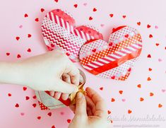 Corazones sorpresa con papel y washi tapes ¡muy dulces! Washi Tapes, Ideas Para, Cards, Christmas, Paper Crafts, February, Hearts, Paper Envelopes, Presents