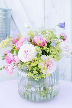Rosen mir Frauenmantel, Blumenstrauß aus dem Garten