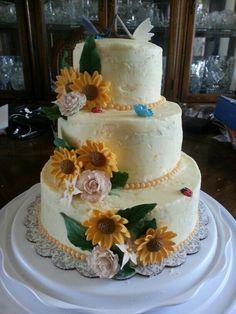 Rustic outdoor wedding cake.