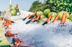 Ideias criativas para casamento na praia: barco para guardar as bebidas - Foto…