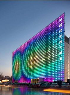 Energy fed through the panels built into the system, Green Pix is presented as the world's largest LED screen with zero emissions and zero energy consumption.