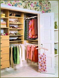 https://i.pinimg.com/236x/c7/67/8e/c7678ebf1465e8e4480d9ba5e5f7f781--reach-in-closet-closet-designs.jpg