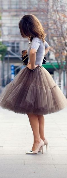 fabulous pictures: Lovin' the tulle! Very Carrie Bradshaw - Tulle skirt + Pumps + Plain Shirt + Beautiful Envelope Bag