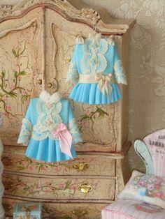 Deze jurk is gemaakt in Victoriaanse stijl van katoenen stof. Het is met de hand geborduurd met rococó rozen. Kies roze of blauw borduursel.