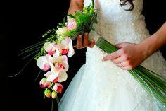 Fotografía clásica de la novia con su ramo de orquídeas.