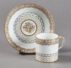 Lot : SEVRES  - Gobelet litron et sa soucoupe en porcelaine dure de la troisième grandeur[...] | Dans la vente Porcelaines et Faïences du XVIe au XIXe Siècles à Pescheteau-Badin