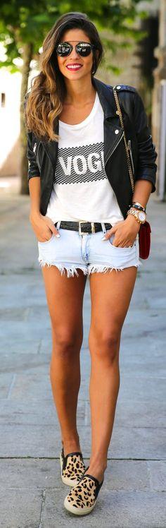 Look básico e lindo com jaqueta de couro e shorts jeans