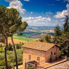 The season is upon us to take a road trip through #italy and enjoy the beautiful countryside.  You never forget the beautiful hill top villages and rolling hills. Here we are looking out over Tuscany from Pienza.
