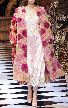 DOLCE & GABBANA Fully Embellished Organza Flower Coat features a relaxed fit and all over floral embellishment. Floral Fashion, Look Fashion, High Fashion, Fashion Show, Fashion Dresses, Fashion Design, Couture Mode, Couture Fashion, Runway Fashion