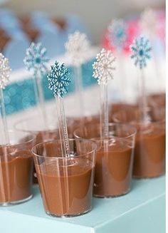 Festa Frozen: Uma festa congelante - Fazer em Casa Frozen Themed Birthday Cake, Frozen Themed Birthday Party, Disney Frozen Birthday, Party Food And Drinks, Party Desserts, Bolo Frozen, Frozen 2, Cumple De Frozen Ideas, Frozen Cards