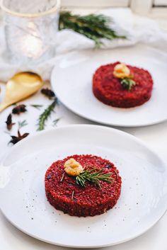 Dit vegetarische voorgerecht is echt een aanrader voor de feestdagen! Ben je op zoek naar lekkere vegetarische recepten voor de kerst? deze bieten tartaar van zacht gekookt quinoa is ontzettend smaakvol en staat mooi op de gedekte tafel. Bekijk het kerstrecept nu online! No Dairy Recipes, Veggie Recipes, Dinner Recipes, Xmas Food, Snacks, Vegas, Love Food, Food Porn, Food And Drink