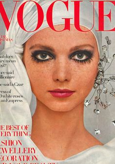 Fab late eye makeup - Photography by Barry Lategan Lesley Jones - Vogue December 1968 Vogue Magazine Covers, Fashion Magazine Cover, Fashion Cover, 1960s Fashion, Vogue Vintage, Vintage Vogue Covers, Vintage Models, Vintage Fashion Photography, Makeup Photography