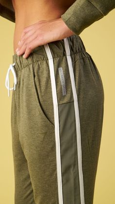 The Boyfriend Joggers feature contrasting adjustable draw cords, and a flattering glute-enhancing seam design. Complete with Nikki B reflective logo, and Gymshark tonal logo. Coming soon in Dark Olive Marl.
