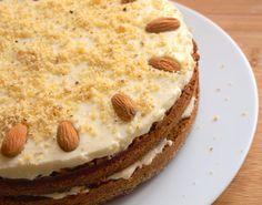 Mrkvový dort s jemným krémem z čerstvého sýra je skvělý vynález! Má úžasnou a zajímavou chuť, je vláčný a krém chutná prostě nepopsatelně. :) Určitě zachutná každému, kdo ho zkusí. Možná jen starším ročníkům předem neprozrazujte hlavní ingredienci, pro některé z nich je prostě mrkev v dortu nepřijatelná. :) Na korpus o průměru minimálně 26cm …