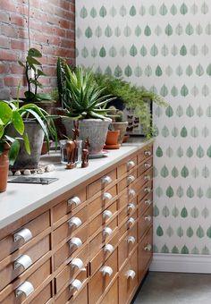 Einrichtungs Blog mit Fokus auf die Wandgestaltung. Hand Sanitizer, Wine Rack, Designer, Cabinet, Storage, Furniture, Home Decor, Walls, David