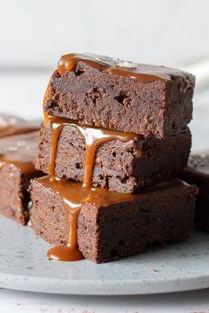 Brownie with caramel and sea salt- Brownie med karamel og havsalt Brownie with caramel and sea salt - Sweet Recipes, Cake Recipes, Snack Recipes, Vegan Desserts, Delicious Desserts, Danish Dessert, Caramel Brownies, Bread Cake, Pretty Cakes