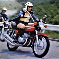 ホットパンツの時代 Motorcycle Museum, Enduro Motorcycle, Motorcycle Style, Kawasaki 500, Kawasaki Bikes, Yamaha Sr400, Cafe Racer Girl, Japanese Motorcycle, Old Motorcycles