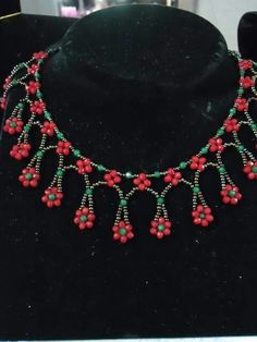 Depending on the size and the style of the locket it can dress up a casual clothing of denims or a sweater or it can be the finishing touch to a sophisticated gown.Daisy Necklace – Buket Tanış – Join the world of pinNo tutorial, just photo Beaded Jewelry Designs, Bead Jewellery, Seed Bead Jewelry, Handmade Jewelry, Daisy Necklace, Beaded Necklace, Beaded Bracelets, Necklaces, Beaded Collar