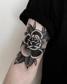 Está em busca de fazer uma tatuagem no braço, mas não tem ideia do que fazer? Esse post é especialmente para você, aliás, trouxe algumas inspirações que tenho certeza que você vai gostar. Arm Tattoos Black, Emo Tattoos, Grunge Tattoo, Body Art Tattoos, Tribal Tattoos, Black Flower Tattoos, Black Work Tattoo, Wing Tattoos, Small Tattoos