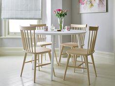 Mesa blanca y madera clara