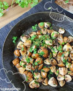Low Carb Rezept für würzig gebratene Champignons. Wenig Kohlenhydrate und einfach zum Nachkochen. Super für Diät/zum Abnehmen.