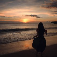 Watching the sunset is one thing that calms Precious's soft and warm mind. Summer Aesthetic, Aesthetic Photo, Aesthetic Pictures, Girl Photography Poses, Beach Photography, Summer Pictures, Beach Pictures, Cute Poses For Pictures, Profile Pictures Instagram