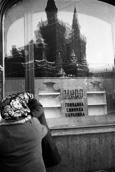 Unlike most long-lost family photos, Ivashintsova's images show a unique aesthetic, one that she hid from her loved ones, inviting comparisons to Chicago street photographer Vivian Maier. Vivian Maier, Selfies, Chicago Street, Nova, Street Photographers, Secret Life, Portrait Photo, Image Shows, Love Photography