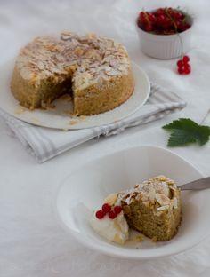 Manteli-sitruunakakku. Suolaa ja hunajaa -blogi. Sisältää mantelijauhoa ja luonnonjogurttia.