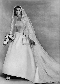 Vintage wedding dress 1960 the bride New ideas Wedding Dress Trends, Wedding Attire, Wedding Gowns, Bling Wedding, 1960s Wedding Dresses, Wedding Flowers, Wedding Shot, Wedding Dj, Vintage Wedding Photos