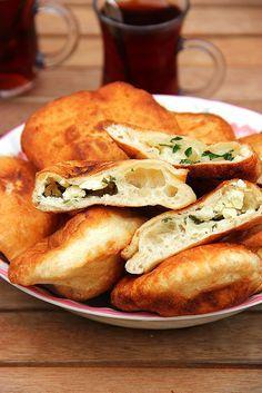 Pişi / Turkish Fried Bread With Feta Recipe (Traditional Turkish Cooking) - Recipes Pink Turkish Recipes, Greek Recipes, Ethnic Recipes, Romanian Recipes, Scottish Recipes, Comida Armenia, Comida Boricua, Pan Relleno, Gula