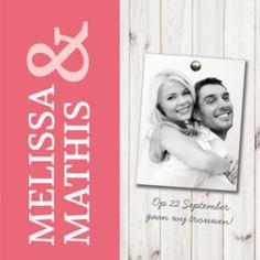 Stoere trouwkaart met houten achtergrond van wit steigerhout, met roze balk voor de namen. De roze balk kun je zelf in de juiste kleur zetten. Mooie foto van jullie samen en stoere ijzeren knopen. Deze trouwkaart is gemaakt door Koningkaart.