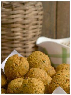Leckere Häppchen: Ausgebackene Linsenbällchen mit Erdnusssoße   http://eatsmarter.de/rezepte/ausgebackene-linsenbaellchen-mit-erdnusssosse
