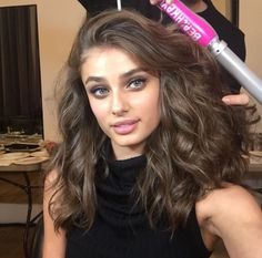 Model Taylor Hill's Sexy Beach Waves Watching VS Fashion Show — Get Her Exact Look Taylor Hill Hair, Taylor Marie Hill, Wavy Hair, New Hair, Vs Fashion Shows, Light Brown Hair, Hair Highlights, Cut And Color, Hair Inspo