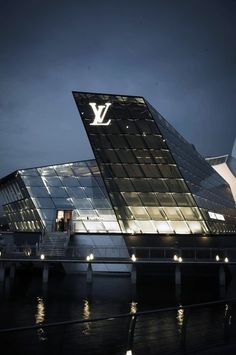 Louis Vuitton building in Singapore by Safdie Architects