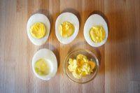 Le uova ripiene di tonno e maionese sono l'antipasto ideale per una cena in piedi, per il menu di Pasqua oppure per un picnic