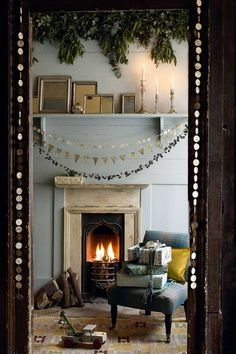 Image Via: Crush Cul de Sac the fireplace is just magical Noel Christmas, All Things Christmas, Winter Christmas, Christmas Fireplace, Simple Christmas, Beautiful Christmas, Elegant Christmas, Scandinavian Christmas, Scandinavian Style