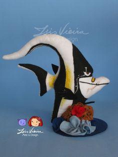 Personagem Gill, do filme Procurando Nemo. Duas alturas disponíveis. 20 e 30cm.  Em feltro com enchimento de fibra de silicone. Ficam em pé sozinhos, com base.  Personagens, algas e corais disponíveis para montar o kit. Monte seu kit como preferir! Consulte! :)  De 16cm a 20cm de altura. Corais: de 13cm a 34cm de altura   Personagens do kit: 10 personagens: Nemo Marlin (pai do nemo) Dory (peixe azul) Squirt (tartaruguinha) Bubbles (peixe amarelo) Gill (peixe preto e branco) Bloat (peixe…