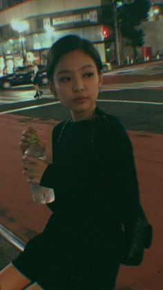 Her favorite color is black even her life became black. Will there be somebody to turn her life to a colorful one? Fandom Kpop, Jennie Kim Blackpink, Blackpink Jisoo, Cute Photos, Korean Girl, Favorite Color, Girlfriends, Celebrities, Outfits
