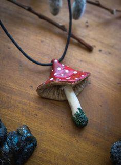 Mushroom Necklace // Mushroom Pendant Fungi Neckace | Etsy Polymer Clay Painting, Fimo Clay, Polymer Clay Crafts, Polymer Clay Mushroom, Combi Hippie, Clay Art Projects, Mushroom Art, Biscuit, Crafty Craft