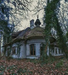 Old Buildings, Abandoned Buildings, Abandoned Places, Scary Houses, Dark Summer, Abandoned Mansions, Summer Aesthetic, Ghost Towns, Running Away