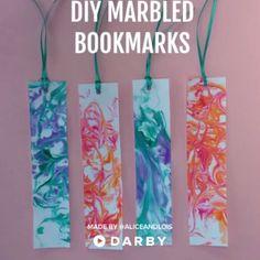 How to Make DIY Marbled Bookmarks #darbysmart #diy #diyprojects #diyideas #diycrafts #easydiy #artsandcrafts #marbling #bookmarks #books