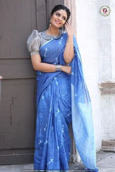 Beautiful Sreemukhi in vintage style.Sreemukhi for Saregamapa today in this lovely saree!Outfit by Rekha's by Kirthana Sunil. Saree Jacket Designs, Saree Blouse Neck Designs, Fancy Blouse Designs, Saree Blouse Patterns, Designer Blouse Patterns, Designs For Dresses, Bridal Blouse Designs, Pattern Blouses For Sarees, Designer Saree Blouses
