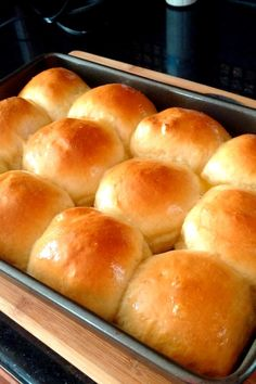 This basic homemade dinner roll recipe is the only one you'll ever need. It makes soft sweet dinner rolls and can also. Dinner Rolls Easy, Sweet Dinner Rolls, No Yeast Dinner Rolls, Dinner Rolls Recipe, Dinner Recipes, Easy Yeast Rolls, Homemade Yeast Rolls, Homemade Breads, Sweet Roll Recipe